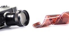 Alter Kamera- und Filmstreifen lokalisiert Stockbild