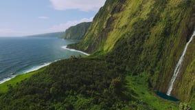 Filmisk flyg- sikt av den härliga vattenfallet på den norr kusten av Kauai, Hawaii arkivfilmer