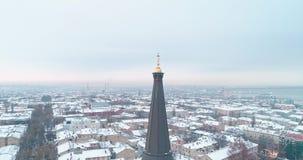 Filmisk flyg- sikt av det ortodoxa korset på tornspira av omgestaltningdomkyrkan i Odessa på vinterdag arkivfilmer