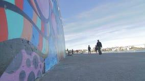 Filmiskt dockaskott på en tyst härlig dag på bondistranden stock video