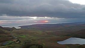 Filmiskt flyg över Quiraingen under soluppgång på den östliga framsidan av Meall na Suiramach, ö av Skye som är höglands- lager videofilmer