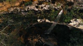 Filmiskt flyg- surrfoto av vattenfallet och en liten pöl djupt i rainforestdjungeln på den Amboro nationalparken, Bolivia fotografering för bildbyråer