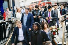 Filmiskt folk för Oxford cirkusstation som stiger ned Royaltyfria Bilder