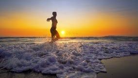 Filmiskt skott av kvinnan som går på vatten royaltyfri bild