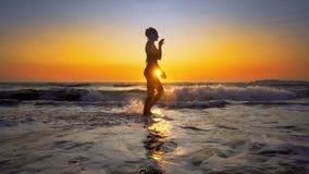 Filmiskt skott av kvinnan som går på vatten royaltyfri fotografi