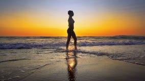 Filmiskt skott av kvinnan som går på vatten royaltyfria foton