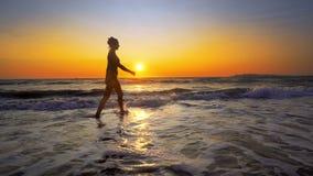 Filmiskt skott av kvinnan som går på vatten royaltyfria bilder