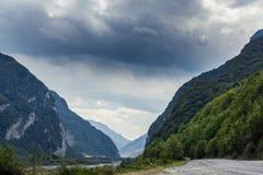 Filmiskt väglandskap Vägthrouth bergen royaltyfria bilder