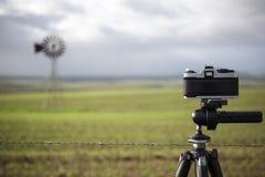 Filmkamera auf fotografierender Szene des Stativs Landschafts stockfotos
