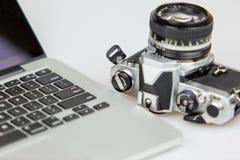 Filmkamera med linsen och en bärbar dator Royaltyfri Bild