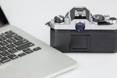 Filmkamera und ein Laptop 2 Lizenzfreies Stockbild