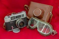 Filmkamera und -gläser - hergestellt in der UDSSR stockbild