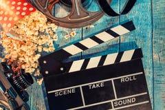 Filmkamerasvart tavla, rulle och popcorn arkivfoton