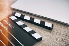 Filmklep en laptop op het hout Royalty-vrije Stock Foto's