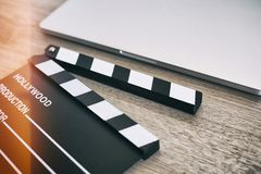 Filmklep en laptop op het hout Royalty-vrije Stock Afbeelding