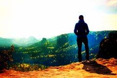 Filmkorn Allein touristischer Festtagesanbruch des jungen Mädchens auf der scharfen Ecke des Sandsteinfelsens und -uhr über Tal z Lizenzfreie Stockfotos