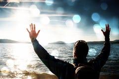 Filmkorn Kurzer hairginger Tourist in der blauen Kleidung mit den Händen in der Luft entlang Strand mit dem blauen skyin Hintergr Stockfotografie