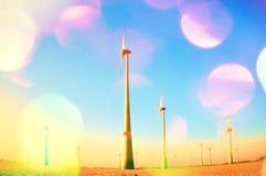 Filmkorn Windkraftanlagen, elektrische Energie innerhalb des sonnigen Frühlingsmorgens produzierend Weinleseart tonte Effekt stockfotos