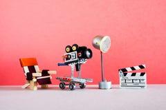 Filmmaking bak platserna I kulisserna studioområde för film med direktörs stol, kamera eller camcorder på hjul royaltyfri foto