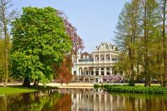 Filmmuseum con un lago hermoso en Amsterdam Fotografía de archivo libre de regalías