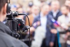 Filmować wydarzenie z kamera wideo tło mikrofonów prasy konferencja odizolowane white obrazy stock