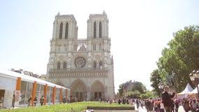 Filmowego ulicznego widoku zwiedzający obuoczny Notre-Dame Paryż zbiory wideo