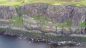 Filmowy antena strzał dramatyczna linia brzegowa przy falezami blisko do sławnej Kilt skały siklawy, Skye zbiory wideo