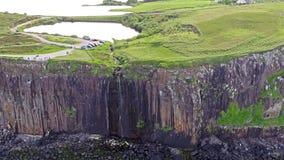 Filmowy antena strzał dramatyczna linia brzegowa przy falezami blisko do sławnej Kilt skały siklawy, Skye zbiory