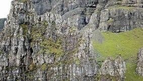 Filmowy lot nad starym człowiekiem Stora w jesieni - wyspa Skye, Szkocja zdjęcie wideo