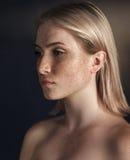 Filmowy portret dziewczyna w ciemnym studiu Zdjęcie Stock
