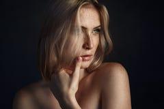 Filmowy portret dziewczyna w ciemnym studiu Obraz Royalty Free