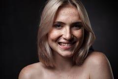 Filmowy portret dziewczyna w ciemnym studiu Fotografia Royalty Free