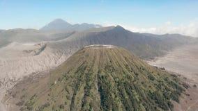 Filmowy strzału widok z lotu ptaka piękny góry Bromo wulkanu szczyt z pustynią w Wschodnim Jawa zbiory