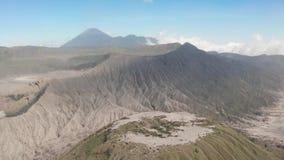 Filmowy strzału widok z lotu ptaka piękny góry Bromo wulkanu szczyt z pustynią w Wschodnim Jawa zbiory wideo