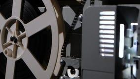 Filmprojector die de filmspoel draait Zachte nadruk stock footage