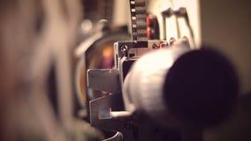 Filmprojector op een zwarte achtergrond met dramatische verlichting en selectieve nadruk stock video