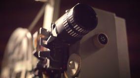 Filmprojector op een zwarte achtergrond met dramatische verlichting en selectieve nadruk stock footage