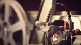 Filmprojector op een zwarte achtergrond met dramatische verlichting en selectieve nadruk stock videobeelden