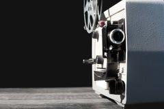 Filmprojektor der Weinlese 8mm auf Tabelle Lizenzfreie Stockfotografie