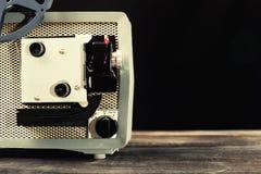Filmprojektor der Weinlese 8mm auf Tabelle Lizenzfreie Stockfotos