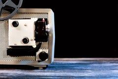 Filmprojektor der Weinlese 8mm auf Tabelle Stockfoto