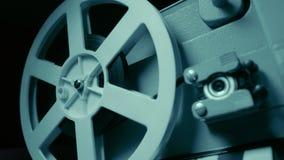 Filmprojektor med dramatisk blå belysning och den selektiva fokusen Retro filmproduktionstilleben Begrepp av film-danande stock video
