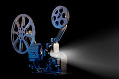 Filmprojektor mit Filmrollen auf schwarzem Hintergrund lizenzfreie stockfotografie
