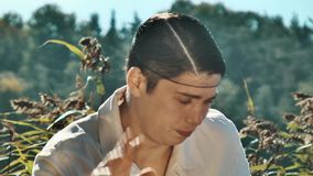 Filmregisseur im Haarnetz und in weißer Kleidung, die traurig Schrei auf verantwortlicher Szene reagieren stock video footage