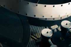 Filmrolle innerhalb des altmodischen Retro- Filmkameramechanismus Lizenzfreie Stockbilder