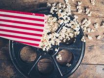 Filmrolle und Popcorn Stockfotos