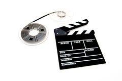 Filmrullar för tappning 8mm och bakgrund för vit för clapperbräde Arkivfoto