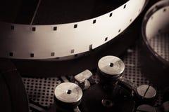 Filmrulle inom gammalmodig retro mekanism för filmkamera Arkivbild