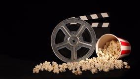 Filmrulle med popcorn och panelbrädan arkivfilmer