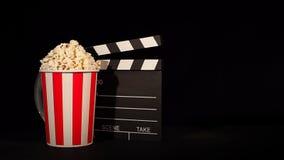 Filmrulle med popcorn och panelbrädan lager videofilmer